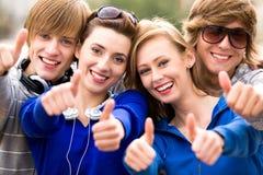 Tienerjaren met omhoog duimen stock afbeelding