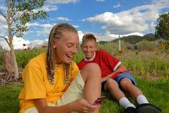 Tienerjaren met Ppones in openlucht royalty-vrije stock fotografie