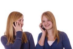 Tienerjaren op celtelefoons Stock Foto
