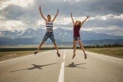 Tienerjarenjongen en een meisje op de weg Stock Fotografie