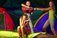 Tienerjonge geitjes die pret in de zomerkamp hebben stock foto