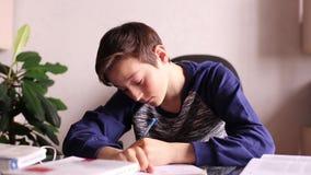 Tienerjongen die iets schrijven stock videobeelden