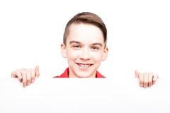 Tienerjongen die lege die banner tonen op wit wordt geïsoleerd royalty-vrije stock fotografie