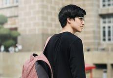 Tienerjongen die naar het universitaire routineleven gaan stock afbeelding