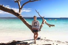 Tienerjongen die van tropische de vakantievakantie genieten van de strandvrije tijd stock fotografie