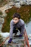 Tienerjongen het beklimmen Stock Foto's