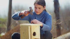 Tienerjongen met een vogelhuis voor vogels stock videobeelden