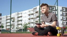 Tienerjongen met hoofdtelefoons en tablet stock video