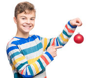 Tienerjongen met Kerstmisbal Royalty-vrije Stock Afbeeldingen