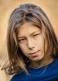 Tienerjongen met lang haar royalty-vrije stock foto
