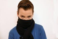 Tienerjongen met sjaal Stock Foto
