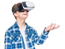Tienerjongen in VR-glazen Stock Foto's