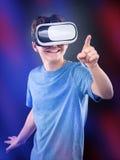 Tienerjongen in VR-glazen Royalty-vrije Stock Afbeeldingen