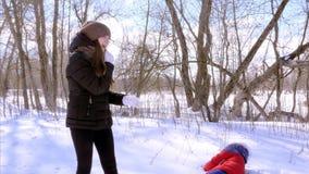Tienerkinderen die het vechten in de winter ijzige dag in sneeuw spelen Straatstrijden stock video