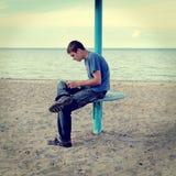 Tienerlezing op het Strand royalty-vrije stock afbeeldingen