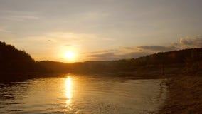 Tienerlooppas langs strand bij zonsondergang Stock Afbeeldingen