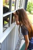 Tienermeisje bij de zomerhuis Stock Afbeelding