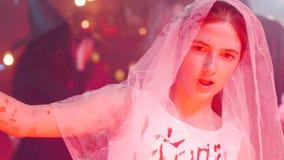 Tienermeisje bij een Halloween-partij in dood bruidkostuum stock footage