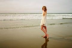 Tienermeisje bij het strand in nat zand Royalty-vrije Stock Foto