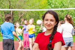 Tienermeisje bij volleyballspel op de speelplaats Stock Foto's