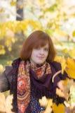 Tienermeisje in de herfst stock foto
