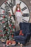 Tienermeisje dichtbij de Kerstboom Stock Foto's