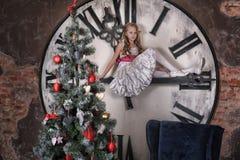 Tienermeisje dichtbij de Kerstboom Stock Foto