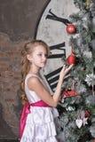 Tienermeisje dichtbij de Kerstboom Stock Afbeeldingen