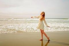 Tienermeisje die bij het strand dansen Royalty-vrije Stock Foto's