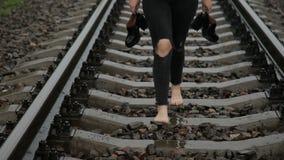 Tienermeisje die blootvoets op een trein lopen stock footage