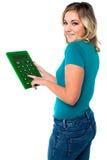 Tienermeisje die calculator gebruiken Stock Afbeelding