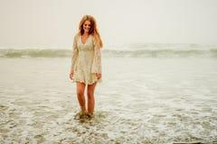 Tienermeisje die in de golven kuieren Stock Foto