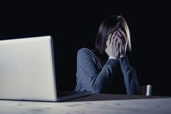 Tienermeisje die doen schrikken en gedeprimeerd aan cyberbullying lijden blootgesteld aan cyber intimidatie en Internet-kwelling Stock Fotografie