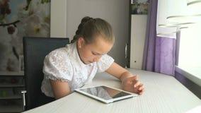 Tienermeisje die een digitale tabletcomputer houden stock footage