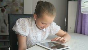 Tienermeisje die een digitale tabletcomputer houden stock videobeelden