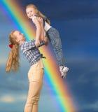 Tienermeisje die haar ondergeschikte zuster houden Royalty-vrije Stock Foto's