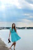 Tienermeisje die haar voeten krijgen bij het strand nat Royalty-vrije Stock Afbeelding