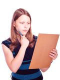 Tienermeisje die het document bekijken Royalty-vrije Stock Afbeeldingen