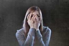 Tienermeisje die het eenzame doen schrikken droevige en wanhopige lijden voelen Royalty-vrije Stock Afbeeldingen
