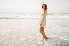 Tienermeisje die nat bij het strand worden Stock Foto