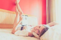 Tienermeisje die op bed rusten Stock Foto's