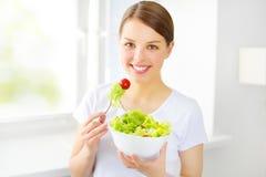 Tienermeisje die salade eten stock foto
