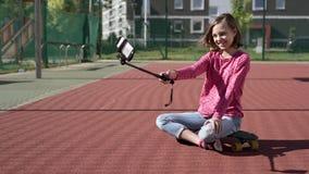 Tienermeisje die selfie op smartphone maken stock videobeelden