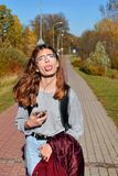 Tienermeisje die tong tonen terwijl het lopen van straat royalty-vrije stock foto's