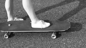 Tienermeisje die zich met een longboard bevinden Langzame Motie stock footage