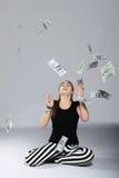 Tienermeisje en geld stock foto