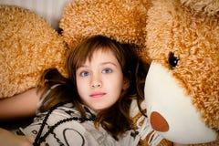 Tienermeisje en teddybeer Stock Afbeeldingen
