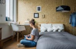 Tienermeisje in haar slaapkamer Royalty-vrije Stock Foto's