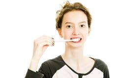 Tienermeisje het borstelen tanden, het schoonmaken - dagelijkse routineactiviteit royalty-vrije stock fotografie