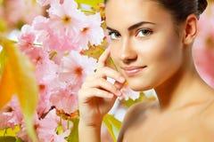 Tienermeisje het mooie vrolijke genieten van over de lente Japanse cherr Royalty-vrije Stock Afbeeldingen